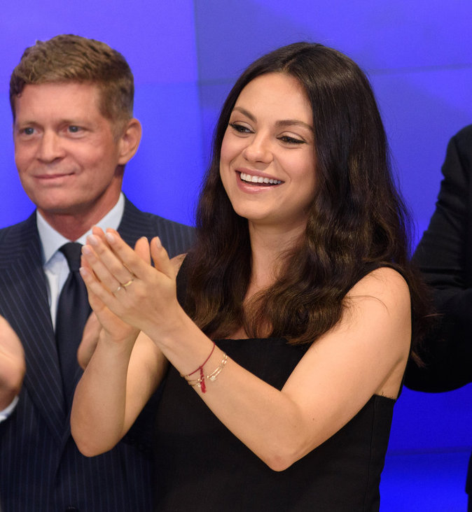 Photos : Mila Kunis, enceinte et sublime pour la promo de Bad Moms !