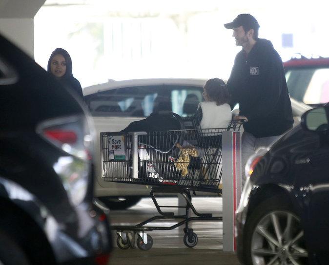 Mila Kunis et Ashton Kutcher : première sortie avec bébé !