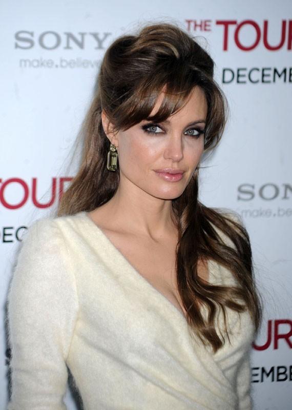 Angelina Jolie en décembre 2010, un look qui a plu à Mila !