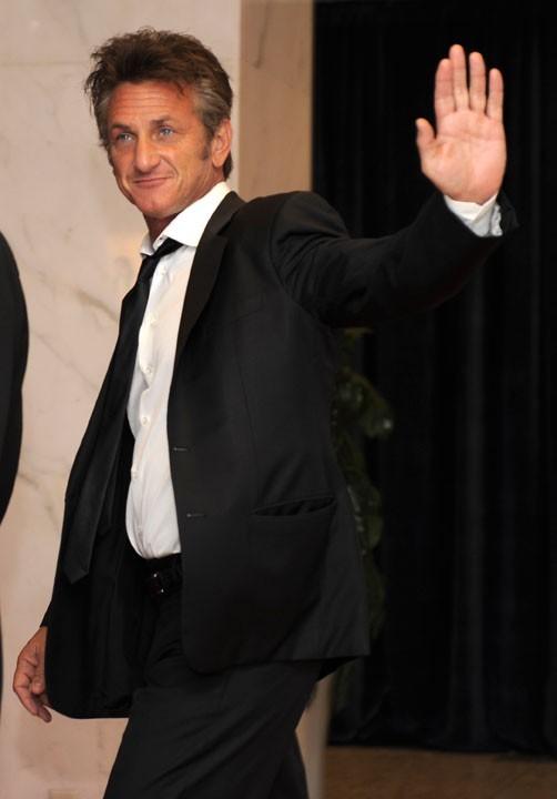 Pas loin de l'actrice, son chéri, l'acteur Sean Penn