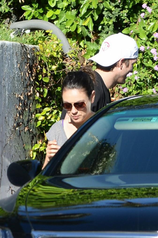 Photos: Mila Kunis : une balade en famille pour la jeune mariée !