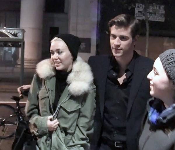 Miley Cyrus et Liam Hemsworth à Philadelphie, le 17 décembre 2012.