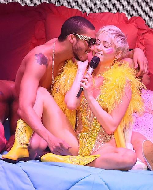 Photos : Miley Cyrus : c'est hot sur scène avec son danseur !