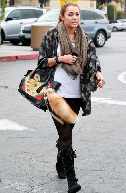 Sacrément court le short en cuir de Miley !