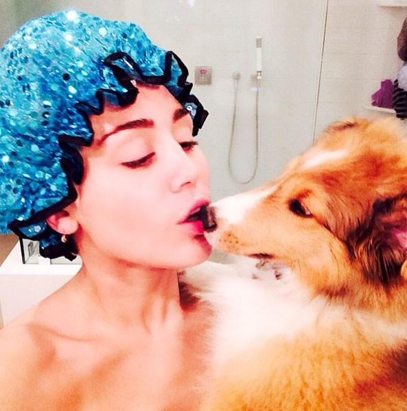 Miley Cyrus sous la douche avec Emu !