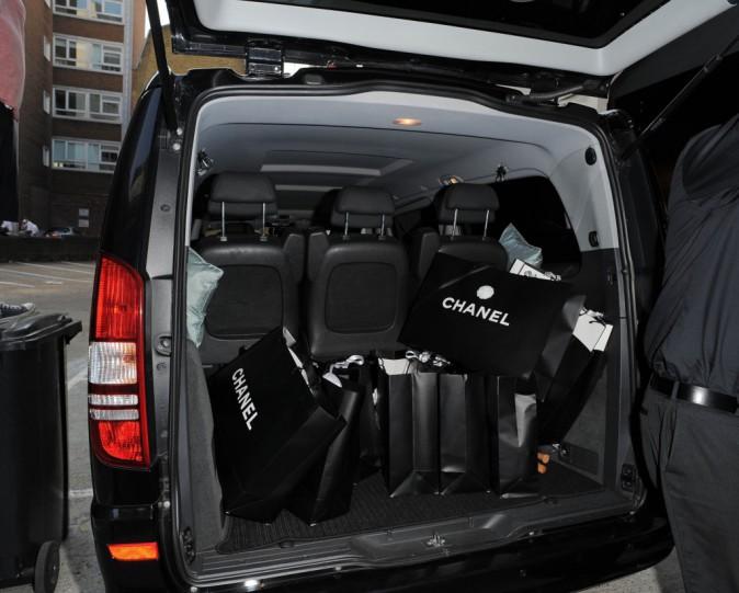 La voiture de mademoiselle repart le coffre chargé de sacs Chanel !