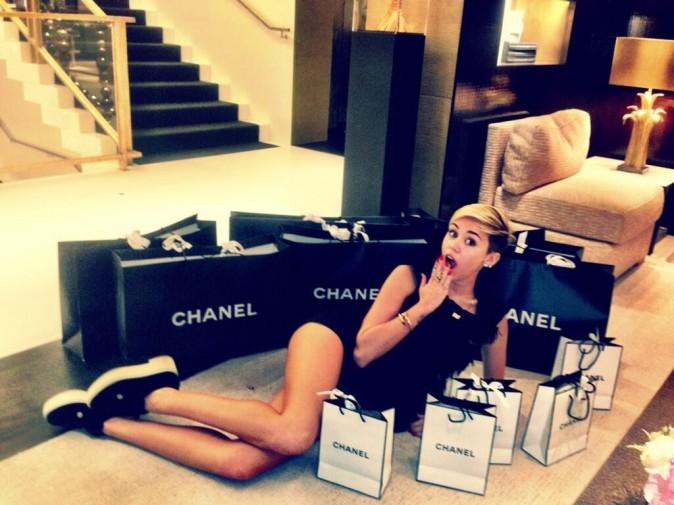 Miley s'affiche allongée au milieu de tous ses sacs Chanel !
