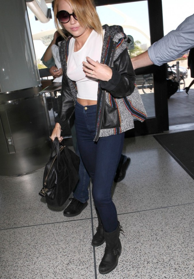 Miley Cyrus à l'aéroport de Los Angeles, le 7 juin 2012.