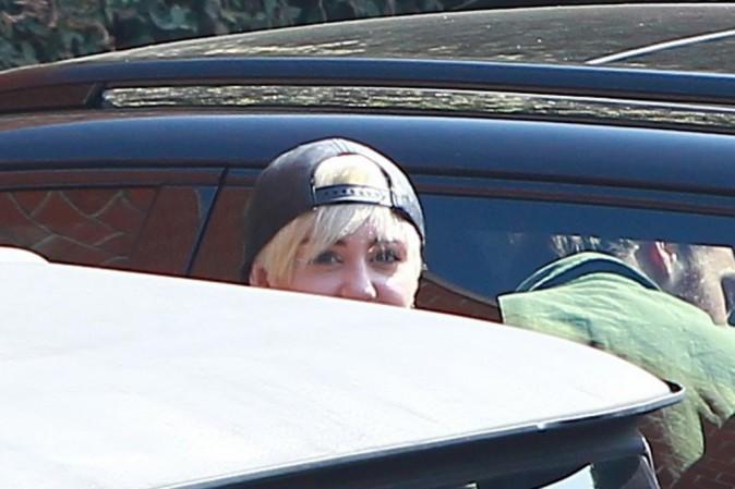 Photos : Miley Cyrus : look gangsta et casquette à l'envers pour aller en studio… afin d'oublier ses peines de coeur?