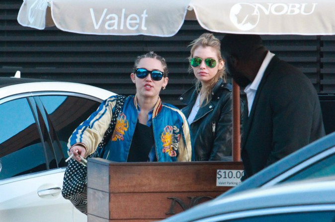 Miley Cyrus et Stella Maxwell à Malibu, le 11 juillet 2015