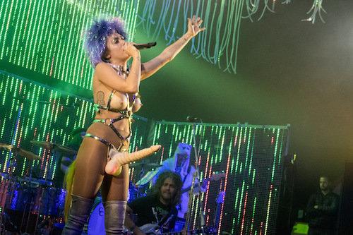 Photos : Miley Cyrus : pénis géant et seins à l'air… Jusqu'où ira-t-elle ?