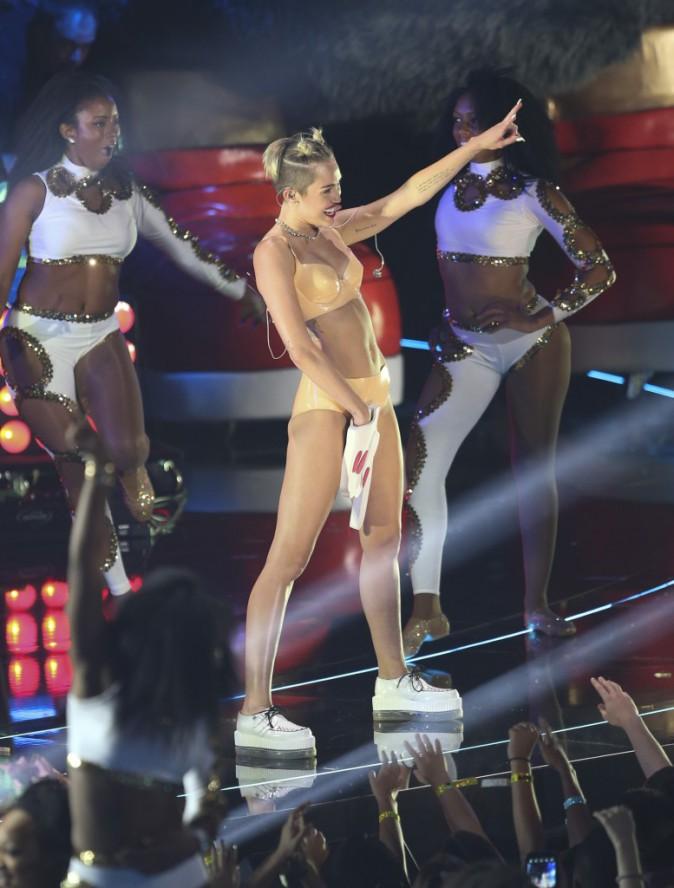 Miley Cyrus et son doigt géant aux MTV VMAs 2013