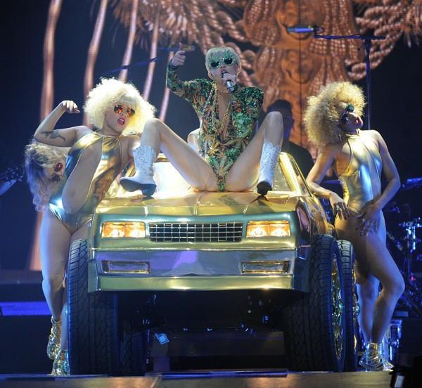 Photos : Miley Cyrus se vante d'avoir embrassé une fan en plein concert !