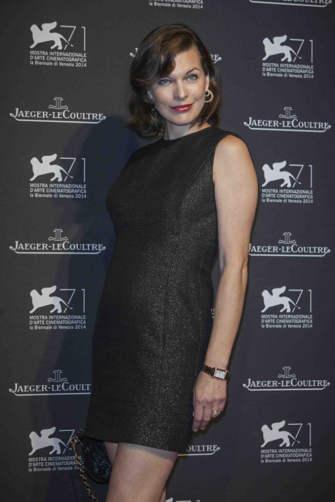 Milla Jovovich : baby bump en vue sur le red carpet !