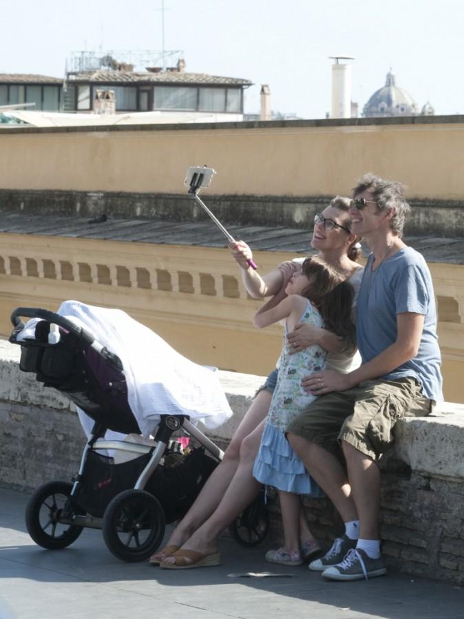 Milla Jovovich : Entourée de son mari et de ses deux filles, elle est plus heureuse que jamais !