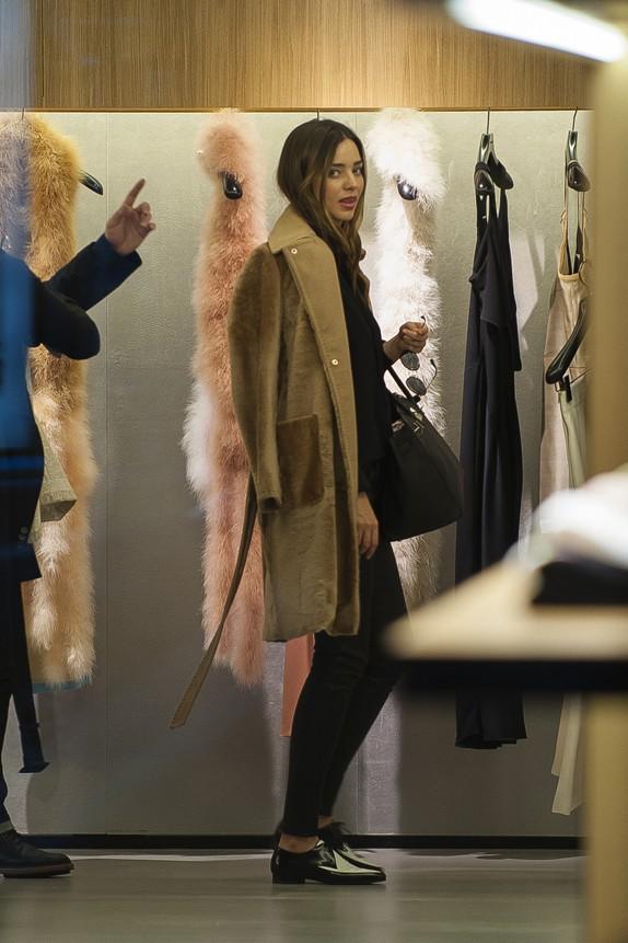 Miranda Kerr en virée shopping à Paris le 27 février 2014