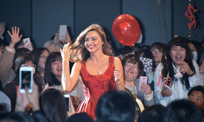 Photos : Miranda Kerr : Divine en robe rouge, elle met le Japon à ses pieds !
