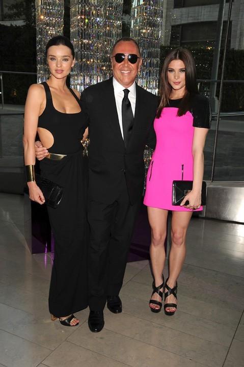 Miranda Kerr posant avec le designeur Mickael Kors et l'actrice Ashley Greene.