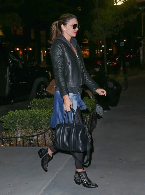 Miranda Kerr devant son appartement de New-York le 25 octobre 2013