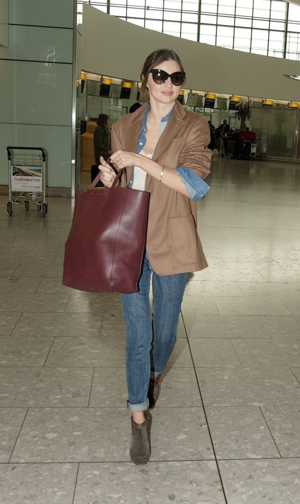 Miranda Kerr, Orlando Bloom et leur fils Flynn à l'aéroport d'Heathrow, le 12 octobre 2011.