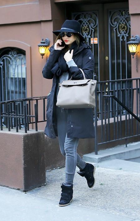 Photos : Miranda Kerr : lunettes de soleil XXL, manteau long et grosse écharpe… où est l'erreur?