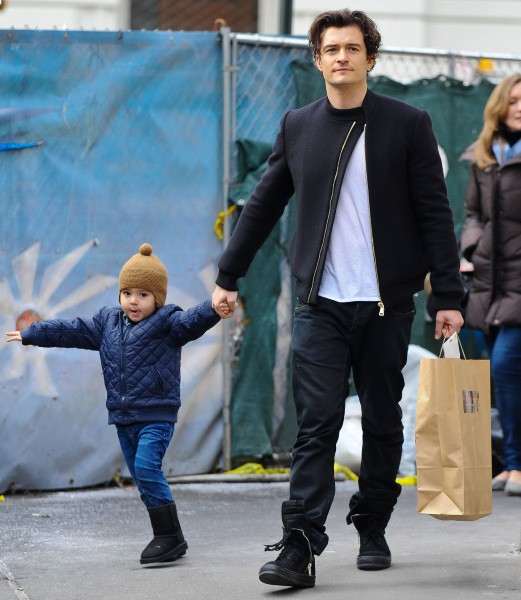 Orlando Bloom et son fils Flynn à New York, le 1er décembre 2013.