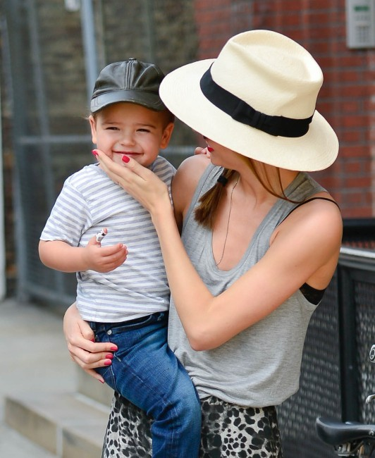Miranda Kerr et son fils Flynn à New York, le 18 juin 2013.