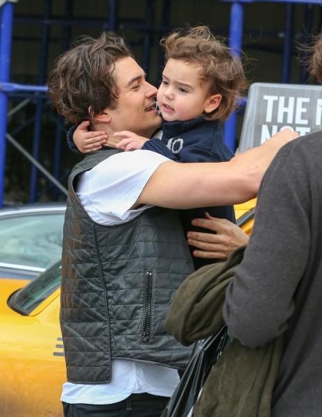Orlando Bloom et son fils Flynn à New York, le 22 décembre 2013.