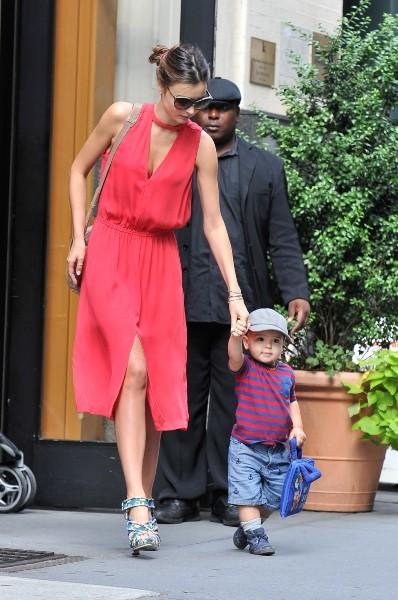 Miranda Kerr et son fils Flynn à New York, le 18 juillet 2012.