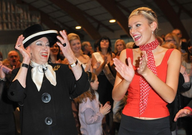 Miss Prestige National 2012, Christelle Roca, et Geneviève de Fontenay lors d'un spectacle espagnol à Saillagouse, le 8 janvier 2012.