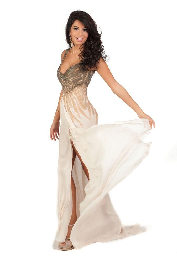Miss Egypte en robe de soirée