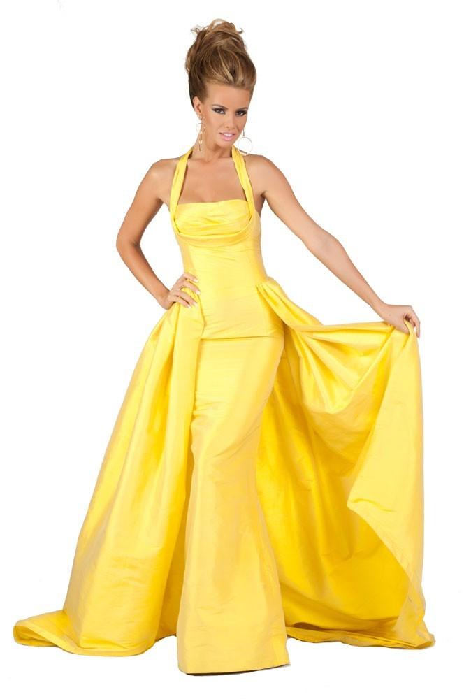 Miss Kosovo en robe de soirée