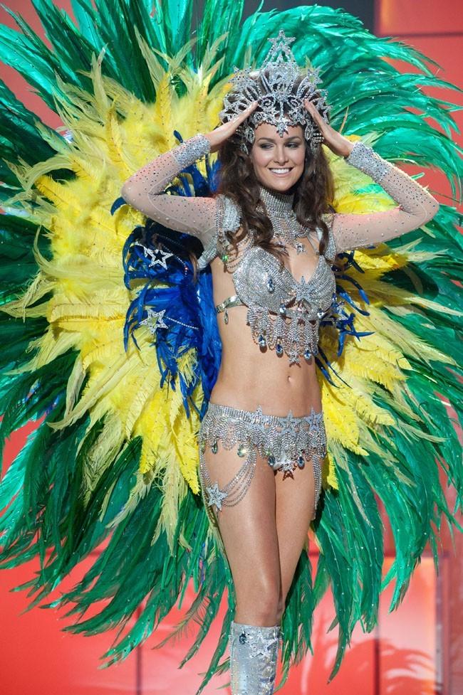 Miss Brésil toute en plumes !