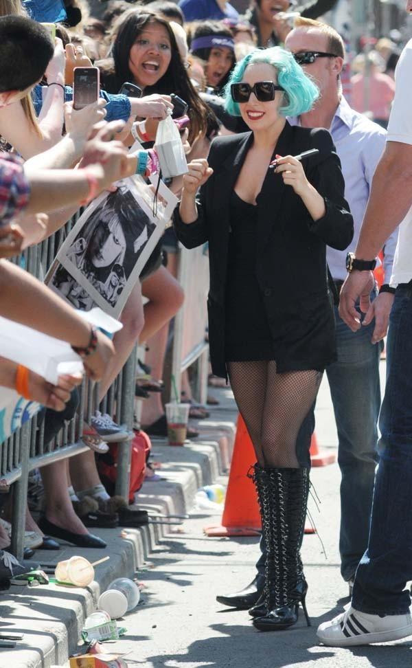 Avant son concert, Lady Gaga prend un bain de foule