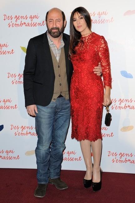 """Kad Merad et Monica Bellucci lors de la première du film """"Des gens qui s'embrassent"""" à Paris, le 1er avril 2013."""