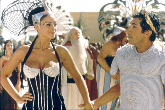 Monica Bellucci dans son rôle de Cléopâtre pour le film Astérix et Obélix mission Cléopâtre