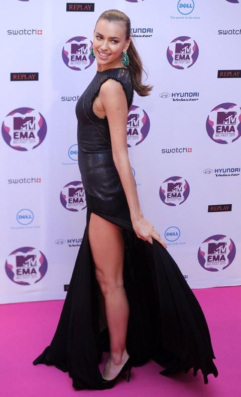 Irina gère à la perfection la robe fendue !