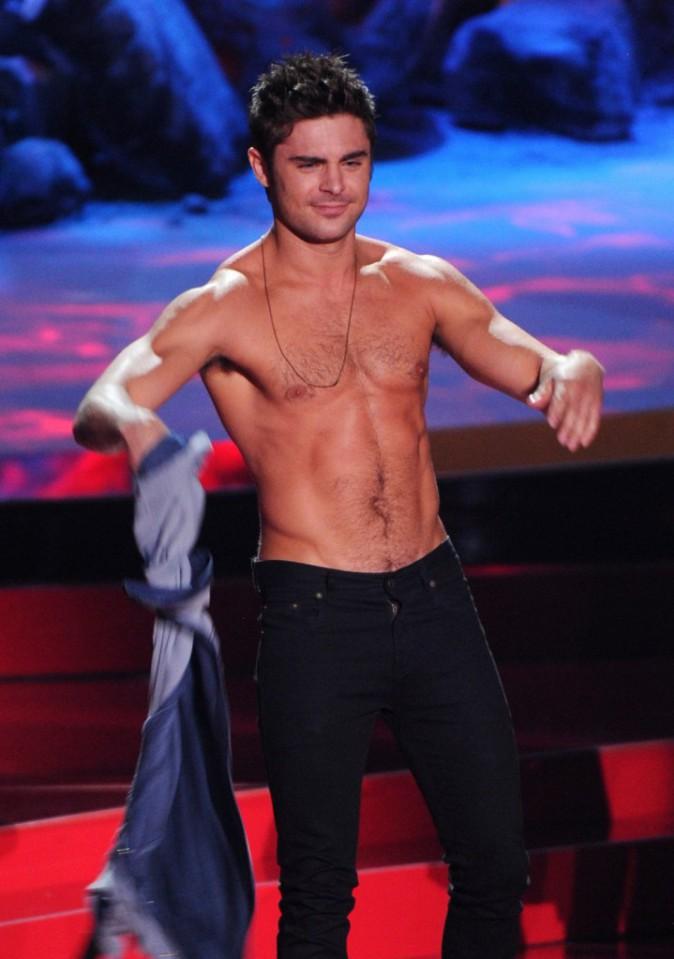 Photos : MTV Movie Awards : Zac Efron, sauvagement déshabillé par Rita Ora !