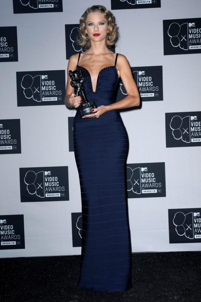 6/ Taylor Swift : un look retro pour recueillir le prix de la meilleure artiste féminine !