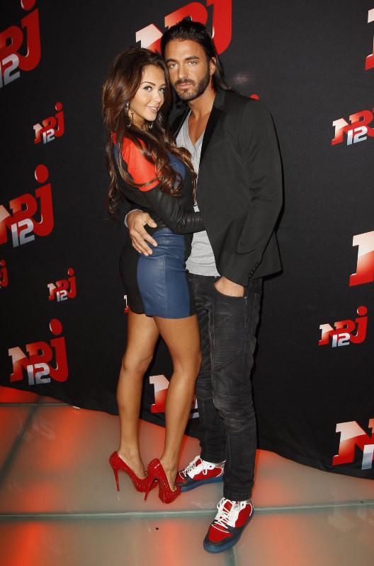 """Nabilla Benattia et Thomas Vergara lors de la conférence de presse de sa télé-réalité """"Allo Nabilla"""" à Paris, le 21 octobre 2013."""