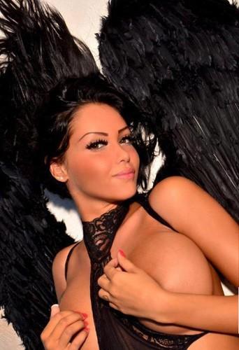 Nabilla : 22 ans aujourd'hui, retour sur ses 22 photos les plus sexy !