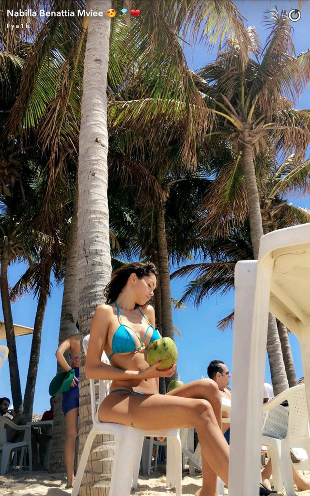Photos : Nabilla topless au Brésil !