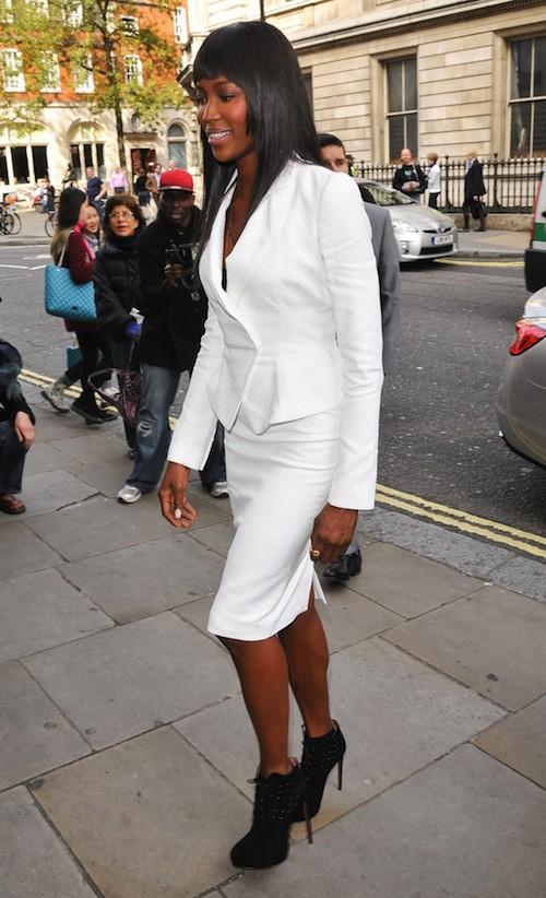 Photos : Naomi Campbell : tout simplement bombesque moulée dans un tailleur immaculé !