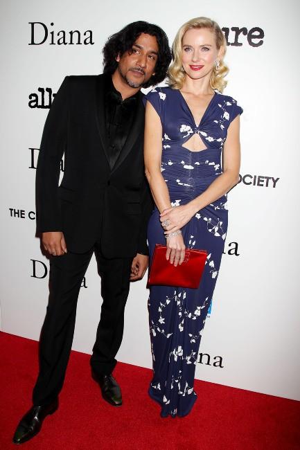 """Naveen Andrews et Naomi Watts lors de la première du film """"Diana"""" à New York, le 30 octobre 2013."""