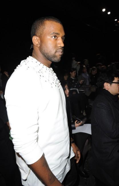 Kanye West se rendant au défilé Givenchy à Paris, le 4 mars 2012.