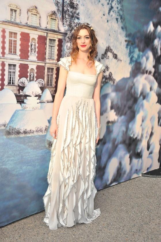 Anne Hathaway et Valentino lors de la soirée White Fairy Tale Love Ball à Paris, le 6 juillet 2011.