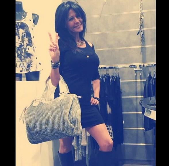 Nathalie (Les Anges 7) : la cougar de retour au travail, elle joue de ses charmes dans sa boutique corse !