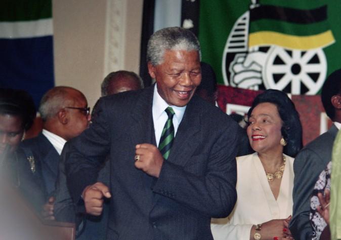 Nelson Manda fête son élection en tant que premier président noir d'Afrique-du-Sud