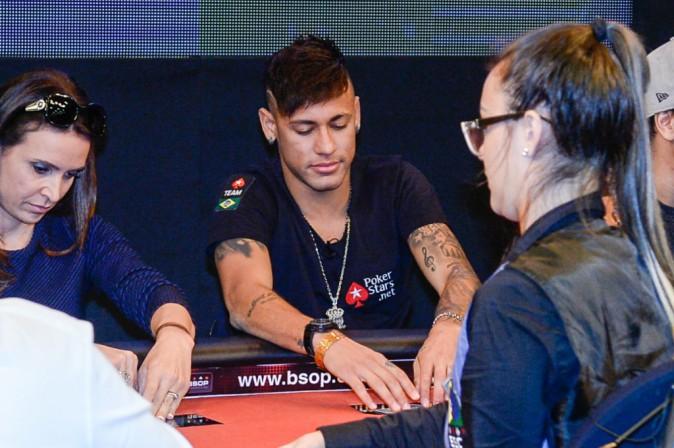 Neymar : Déjà lassé du chant ? Il passe au poker !