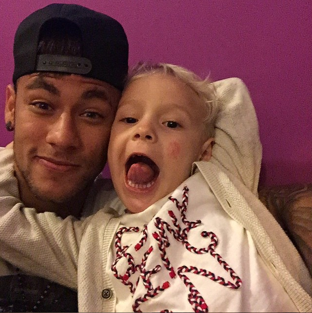 Neymar et son fils Davi Lucca le 23 juin 2015